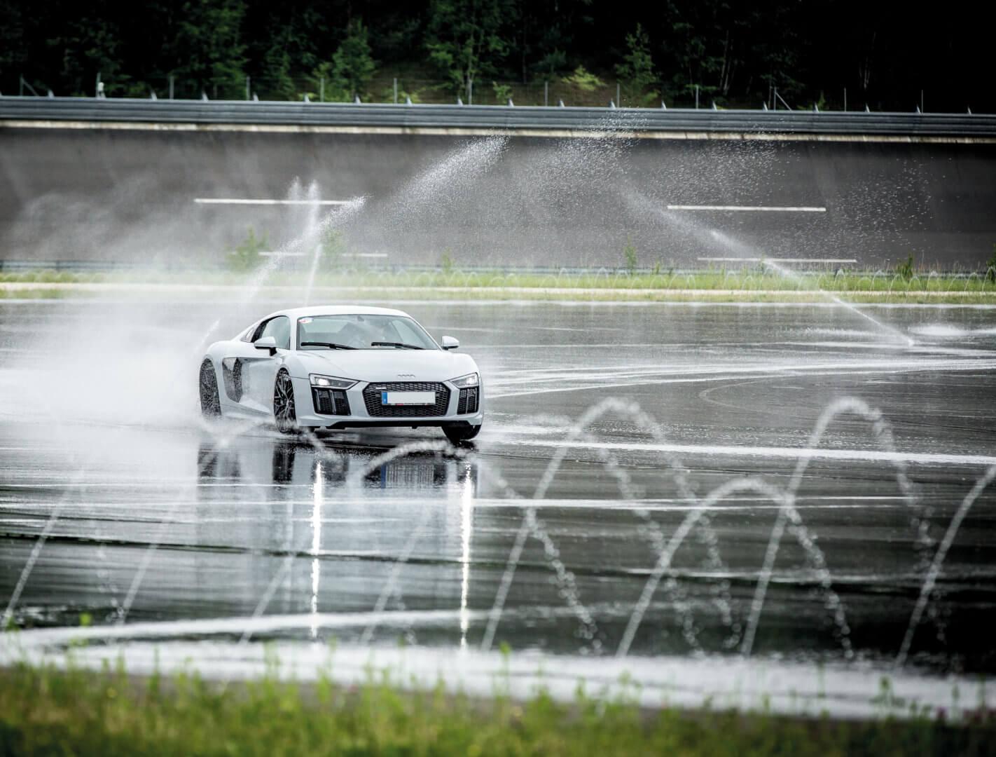 Auto auf nasser Fahrbahn