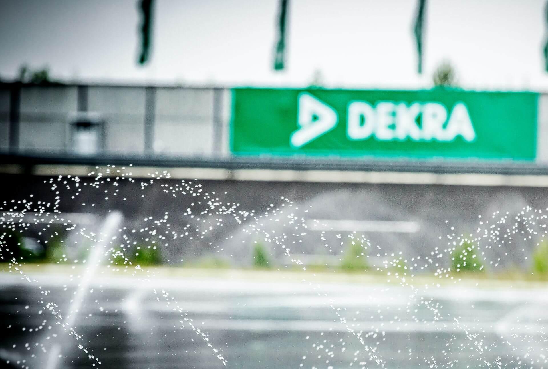 DEKRA Logo im Hintergrund