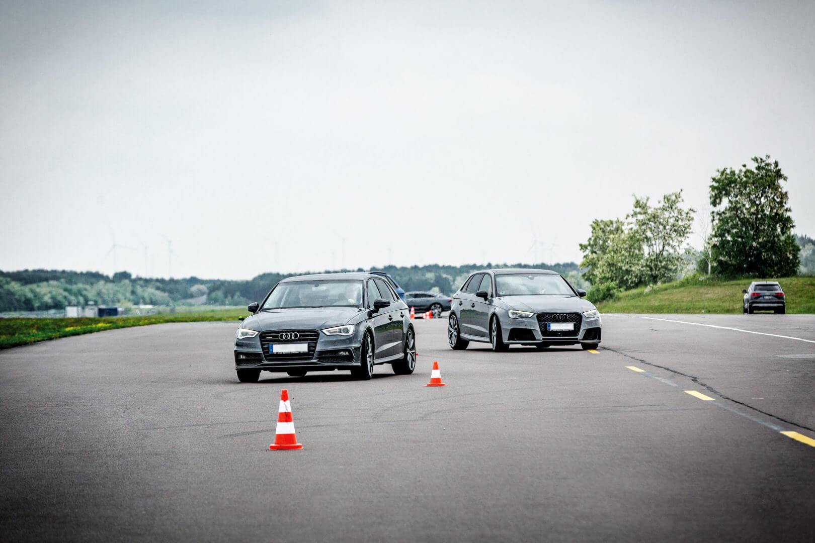 Autos beim Fahrsicherheitstraining