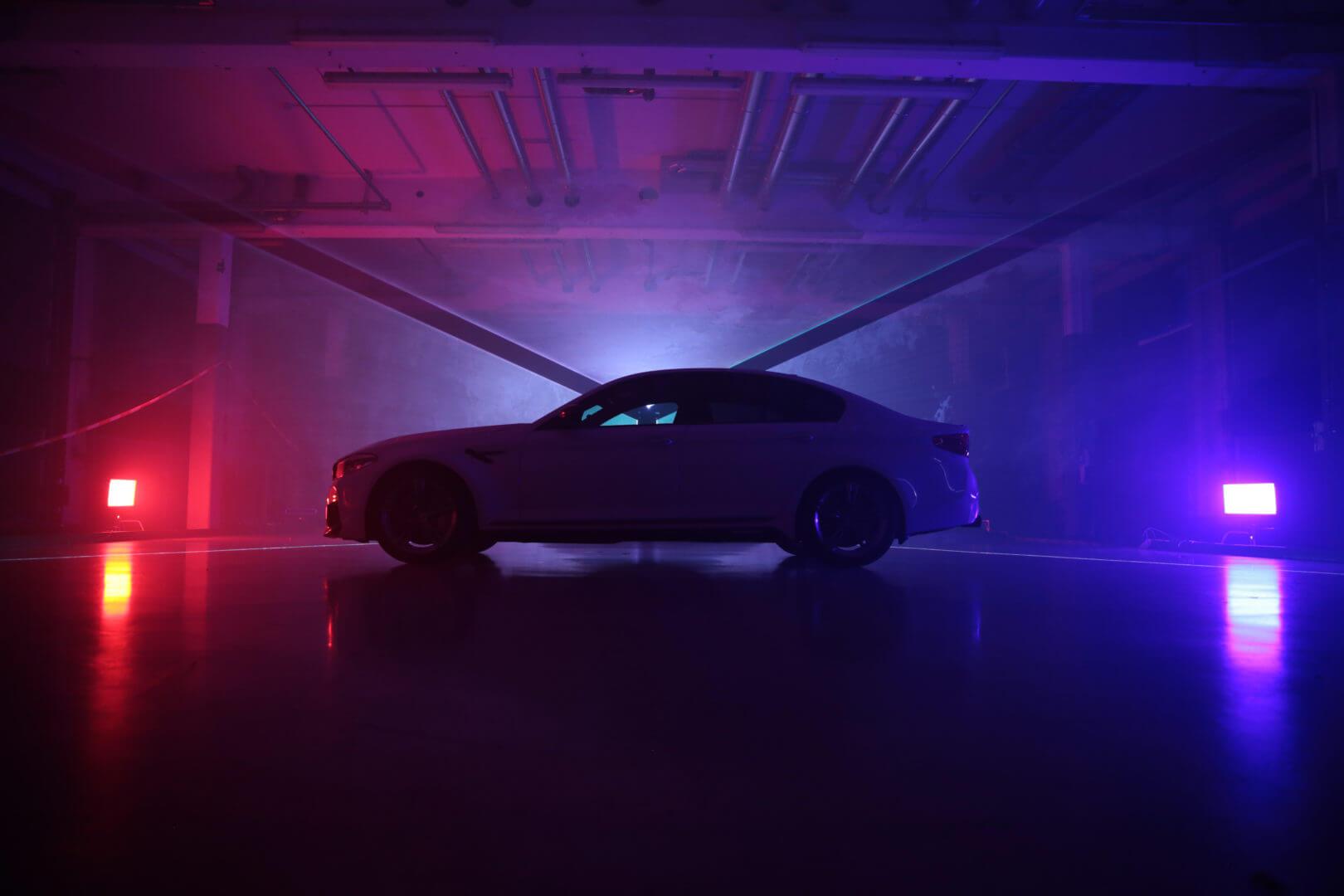 Auto von der Seite und bunte Lichter