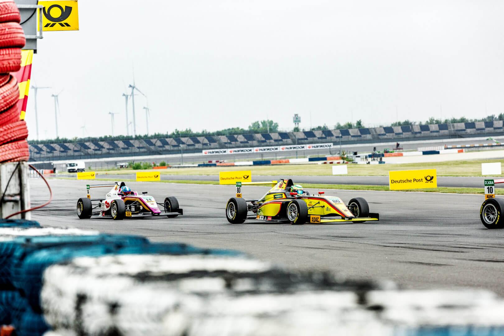 Formel Autos auf der Rennstrecke