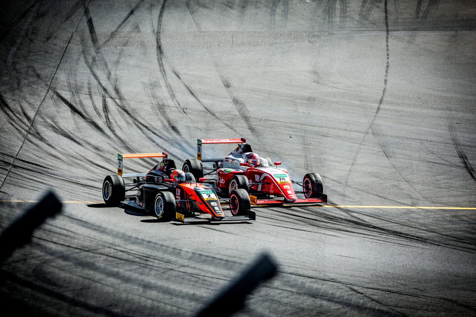 Formel Autos von vorne