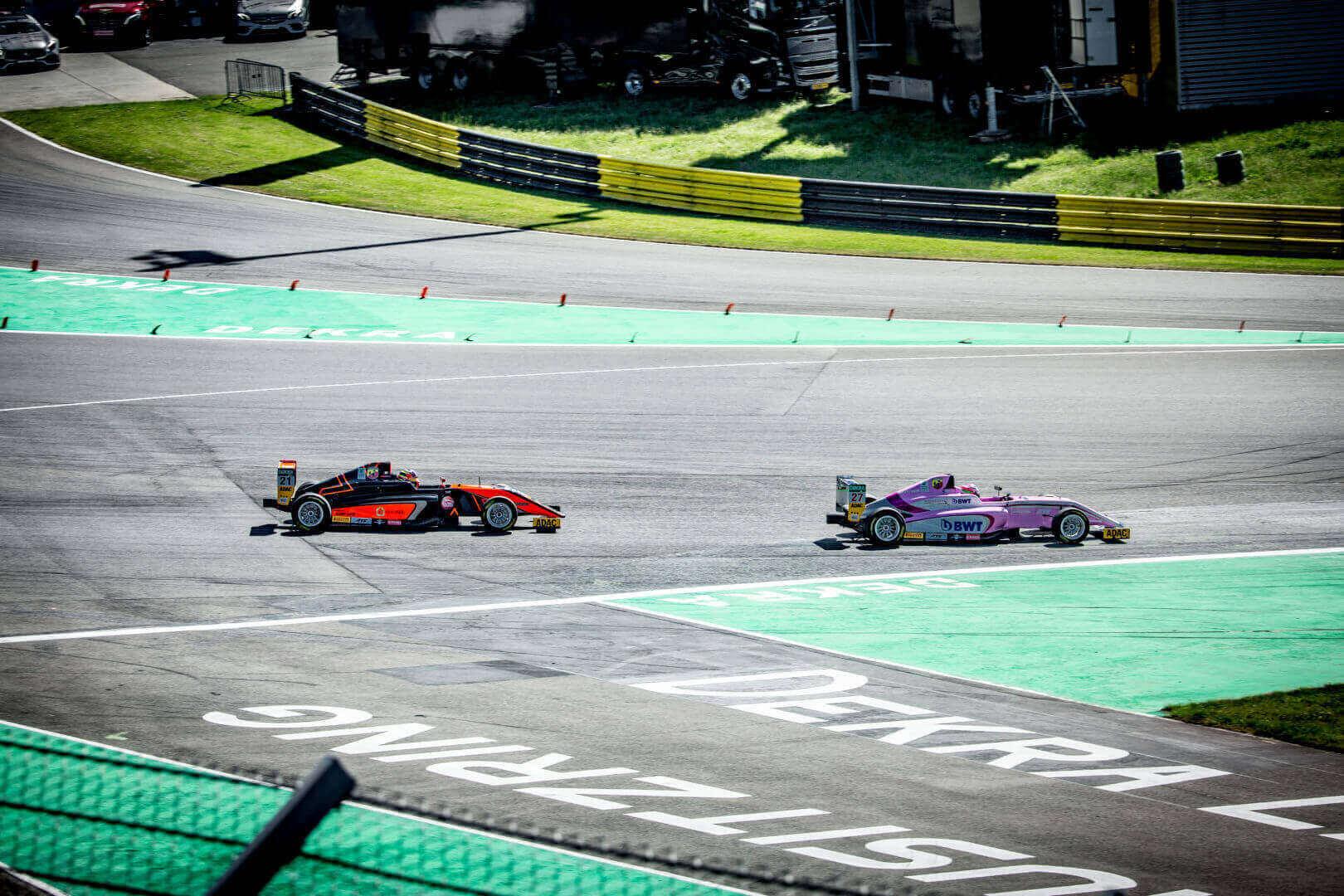 Formel Autos von der Seite