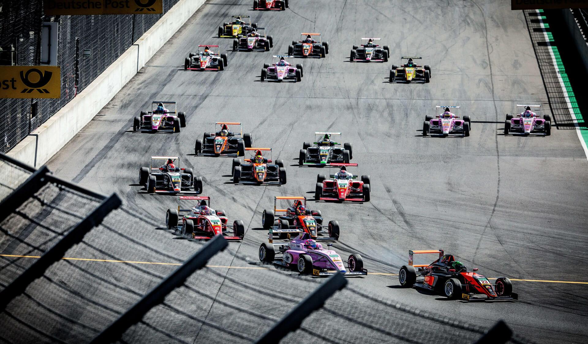 mehrere Formel Autos auf der Rennstrecke