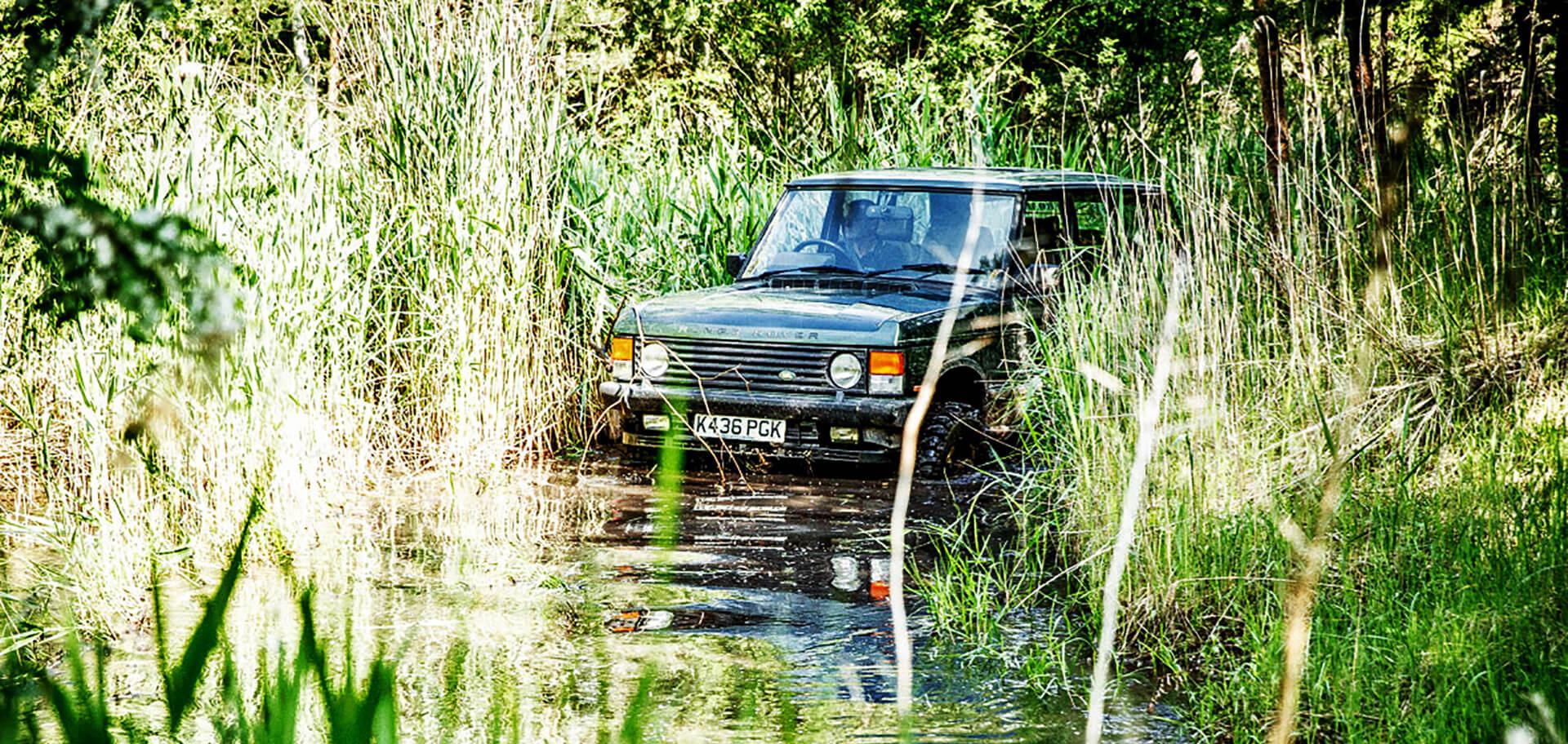 Geländewagen im Wasser