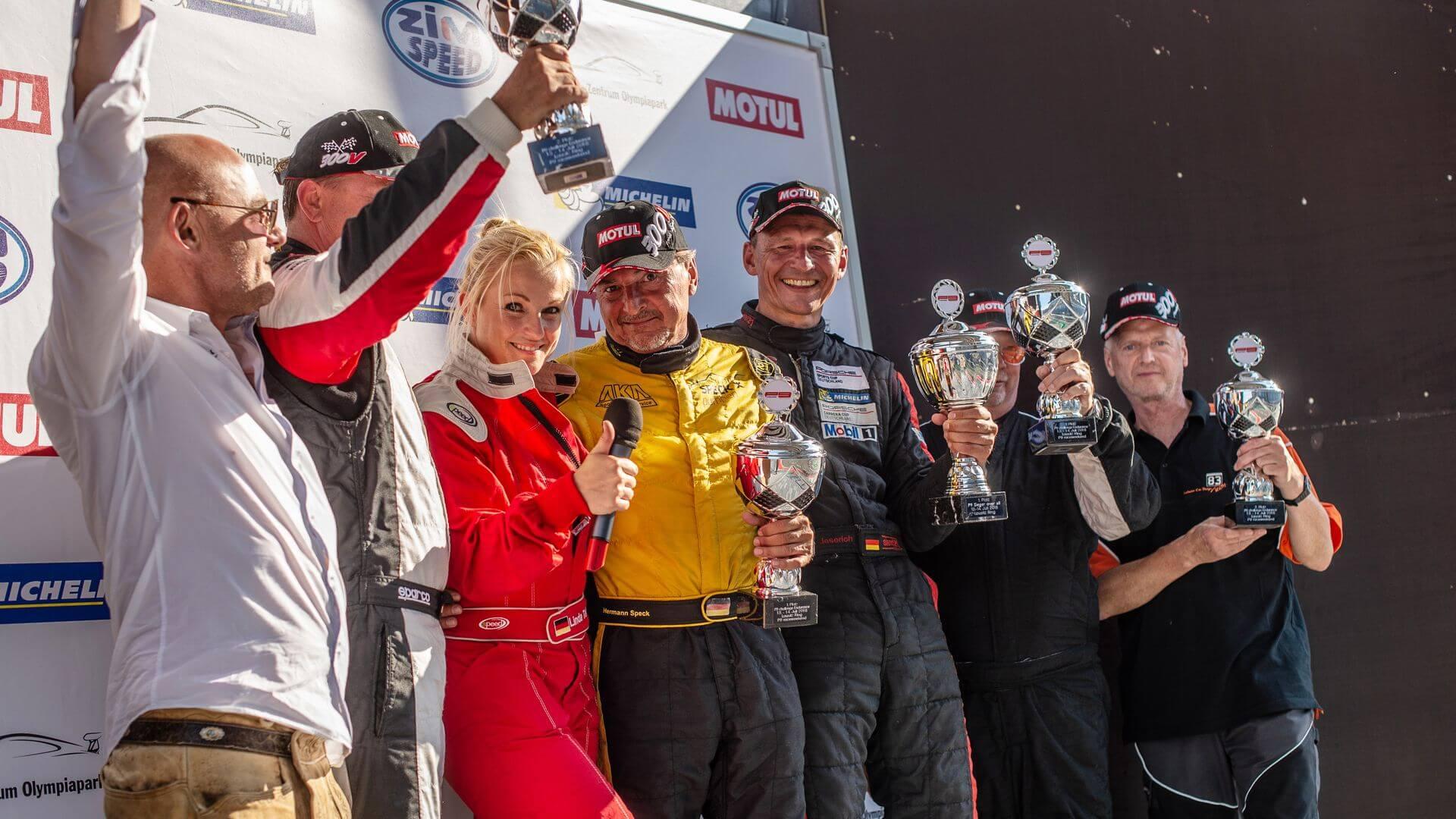 P9 Race Weekend Gewinner mit Pokal