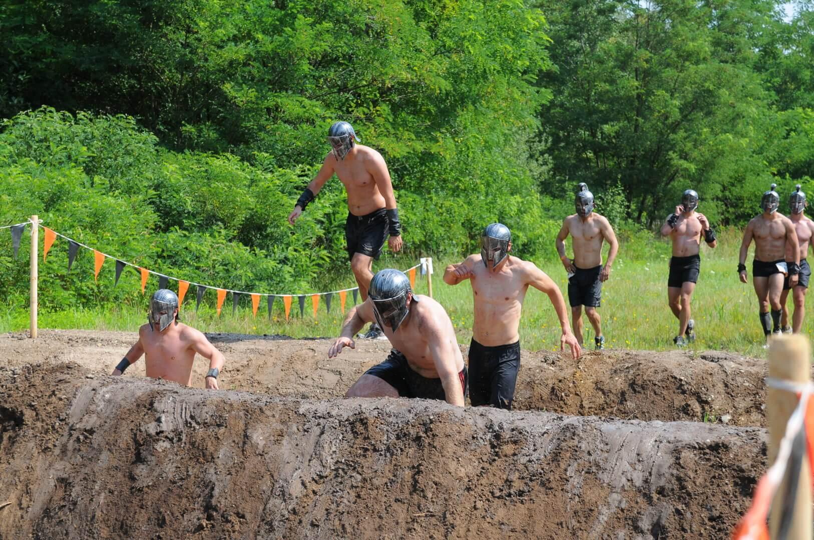 Tough Mudder Teilnehmer beim Hindernislaufen