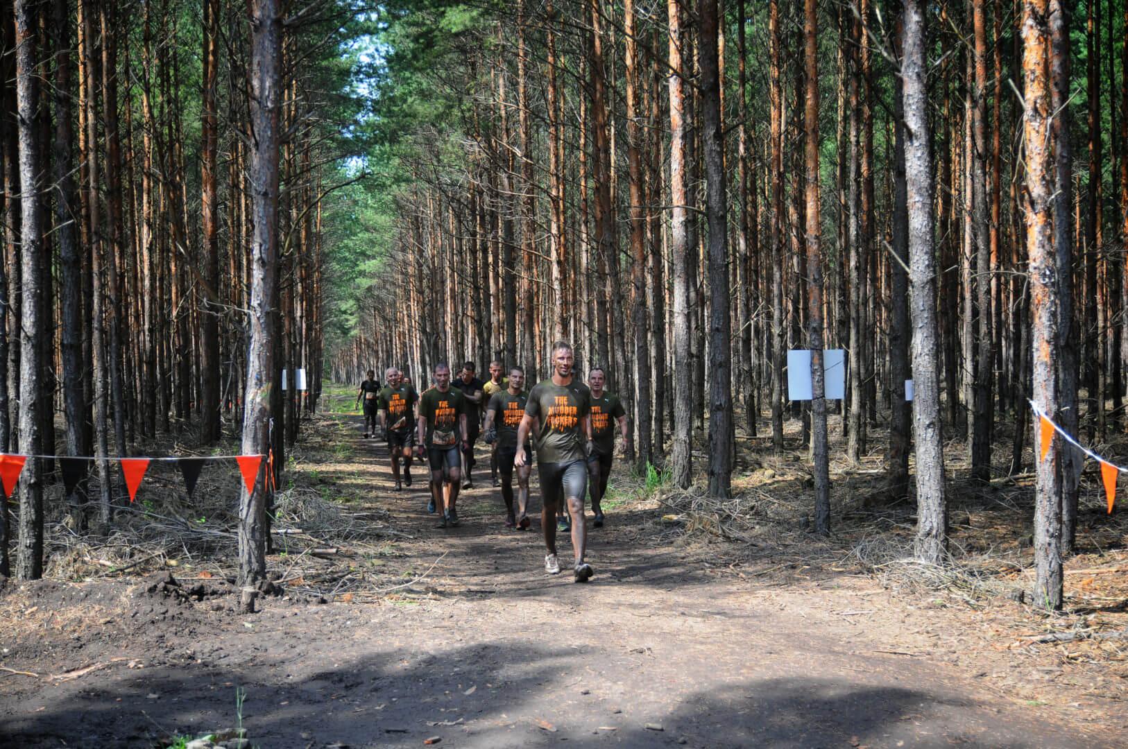 Tough Mudder Teilnehmer im Wald