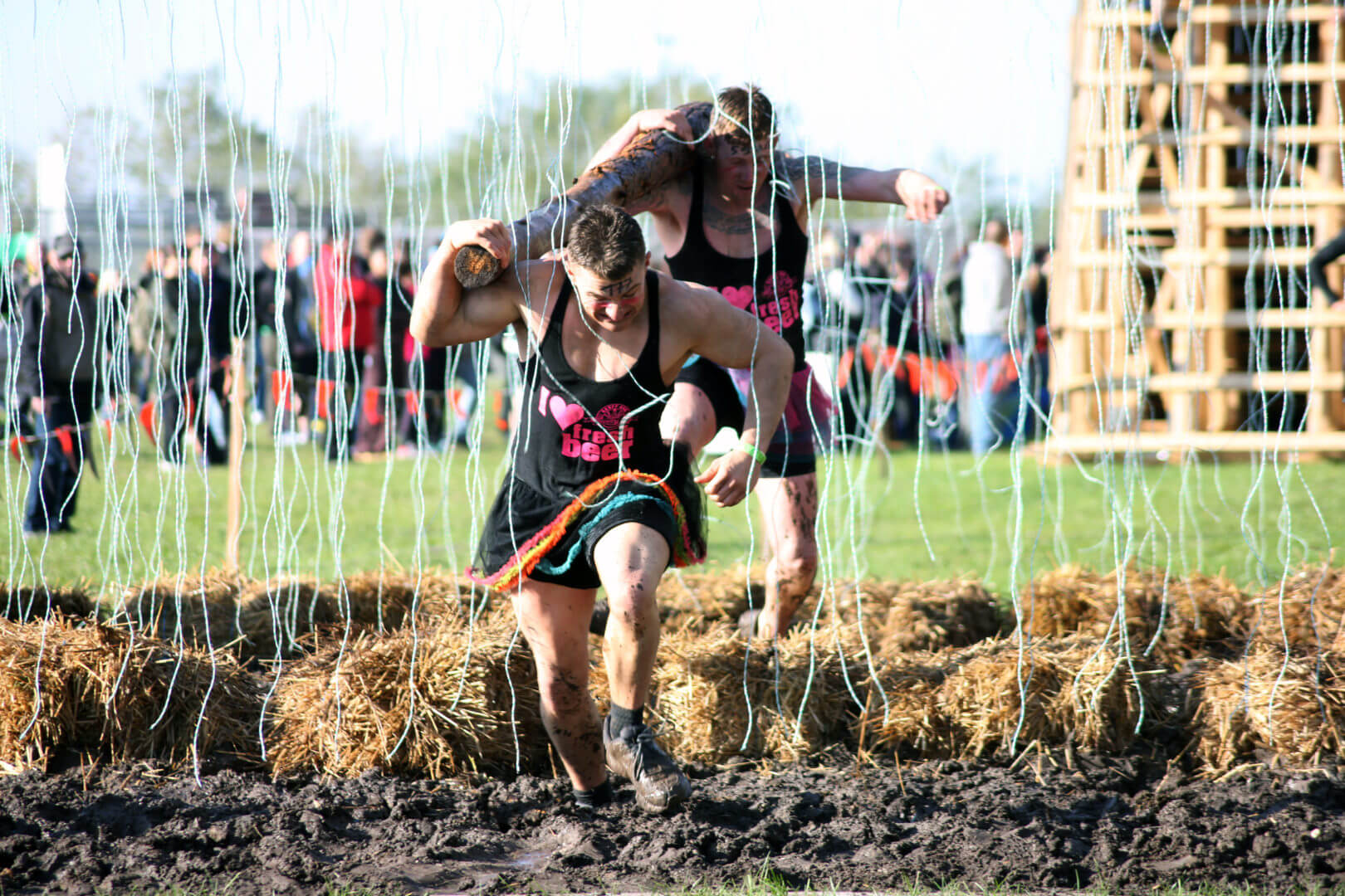 Teilnehmer rennen mit einem Baumstamm