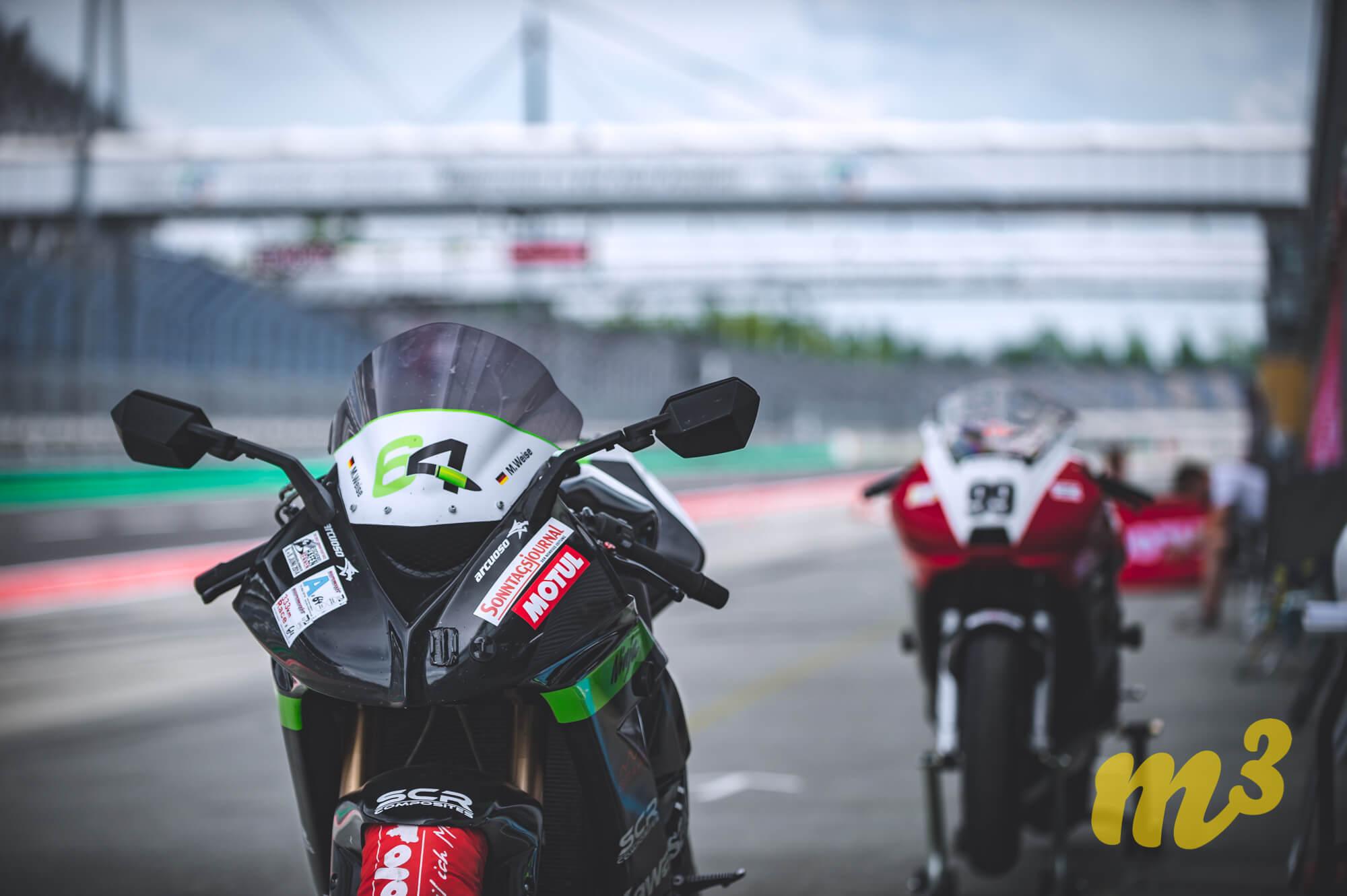 Motorräder auf der Rennstrecke DEKRA Lausitzring