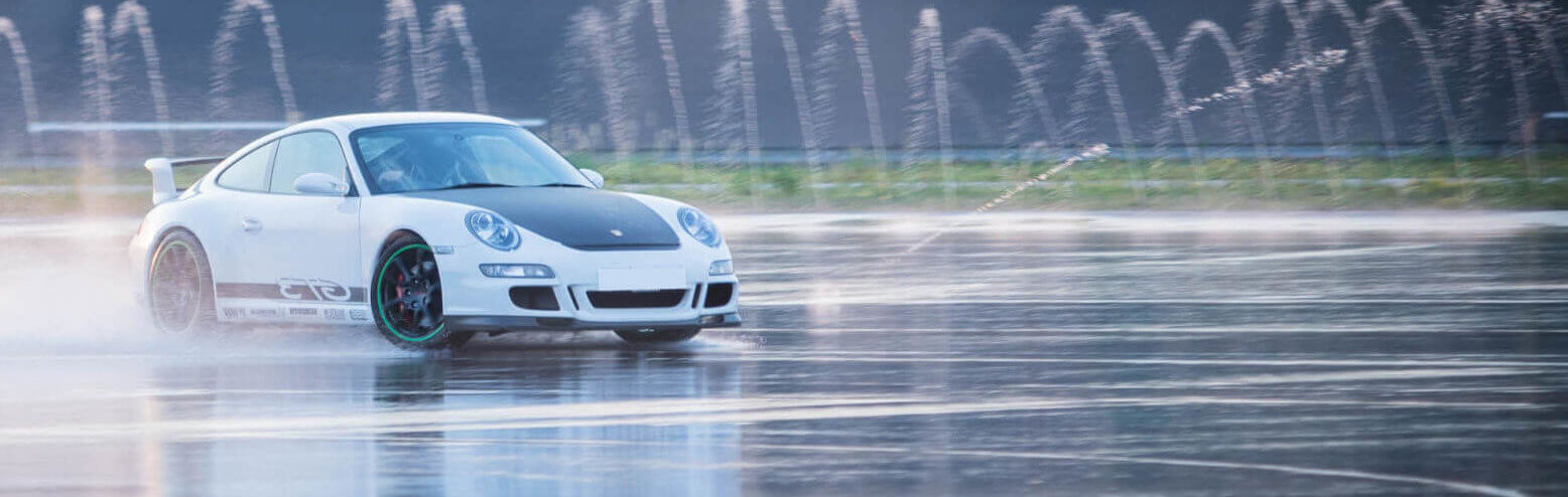 Driftender Porsche auf nasser Fahrbahn
